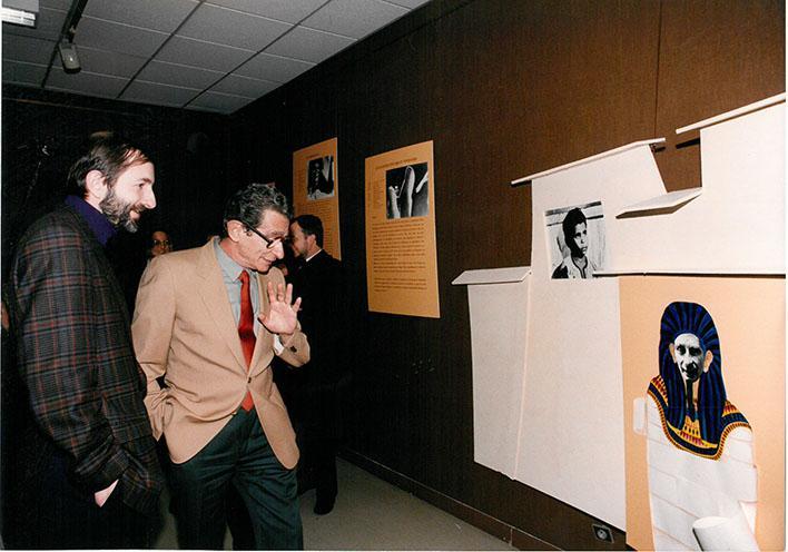 Michel Marchand (adjoint à la culture) et Youssef Chahine visitant l'exposition consacrée au cinéaste égyptien